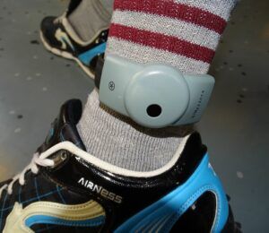 how do ankle monitors work
